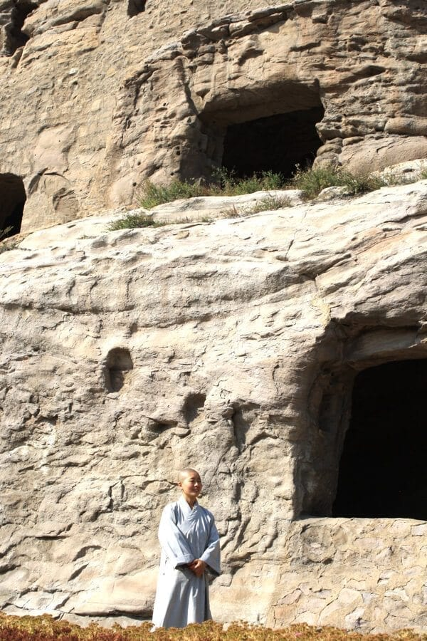 yungang-grottoes-monks