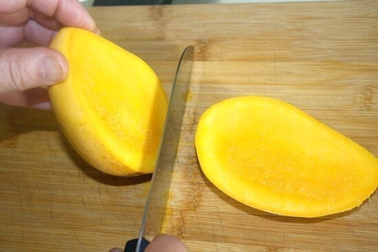 slicing mangoes