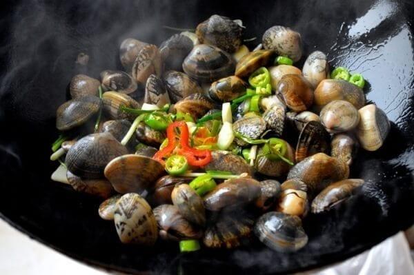 Stir-Fried Fresh Clams in Black Bean Sauce by thewoksoflife.com