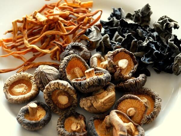 mushroom-woodear-lilyflower-dried