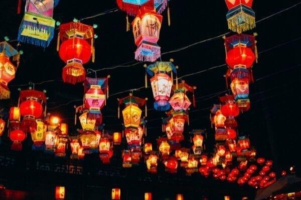 Chinese lanterns - Chengdu Temple Fair, Chinese New Year Celebration, by thewoksoflife.com