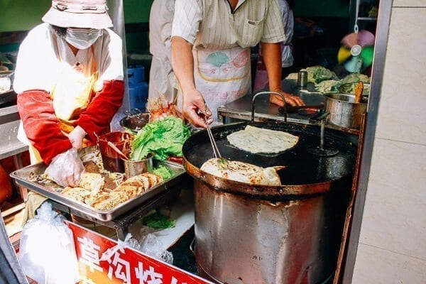 street vendors making Jidan Bing, by thewoksoflife.com