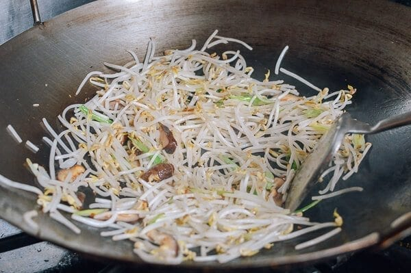 Chicken and bean sprouts stir fry the woks of life chicken and bean sprouts by thewoksoflife solutioingenieria Image collections