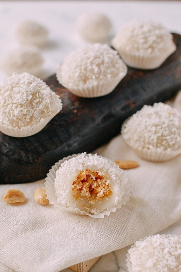 Coconut Peanut Mochi Nuo Mi Ci 糯米糍 The Woks Of Life