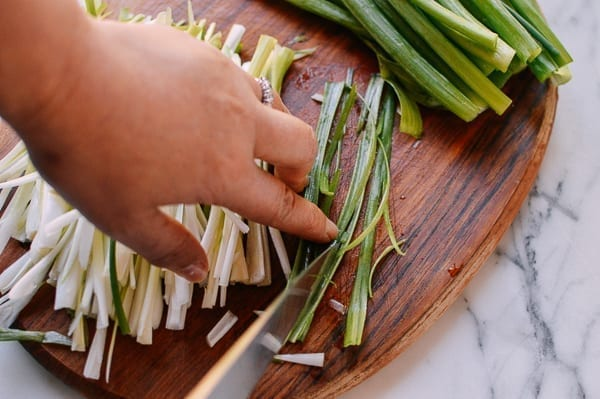 how to julienne scallions, thewoksoflife.com