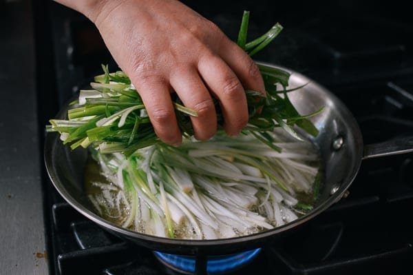 Frying scallions, thewoksoflife.com
