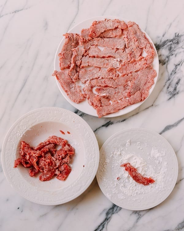 Marinating and dredging beef in cornstarch, thewoksoflife.com