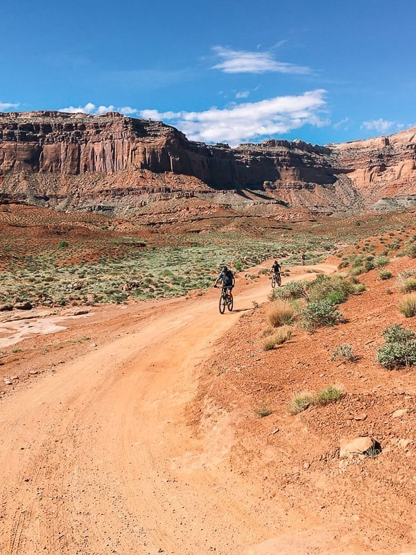 Mountain Bikers on White Rim trail Moab Utah by thewoksoflife.com