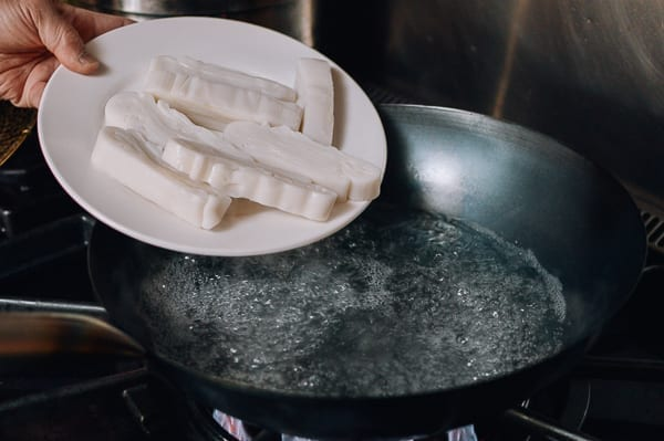 Putting rice noodles in wok filled with boiling water, thewoksoflife.com