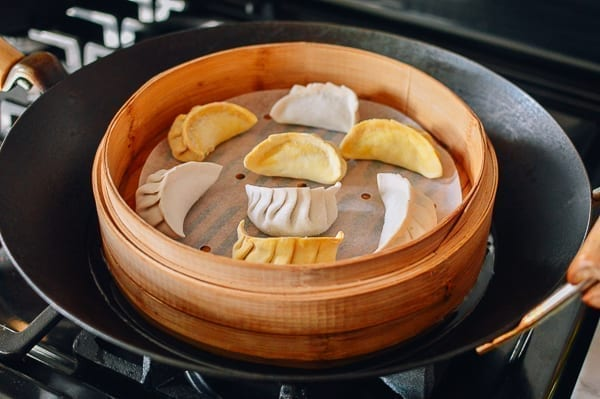 Water level in wok with bamboo steamer, thewoksoflife.com