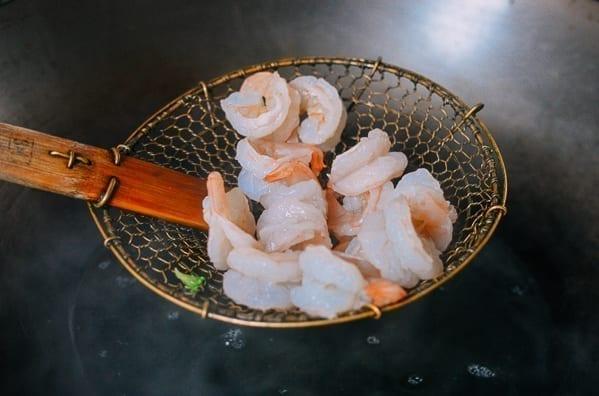 Blanching shrimp, thewoksoflife.com