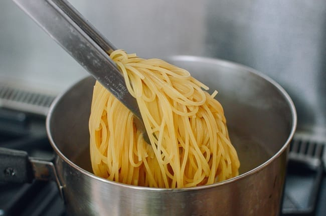 Boiling spaghetti, thewoksoflife.com