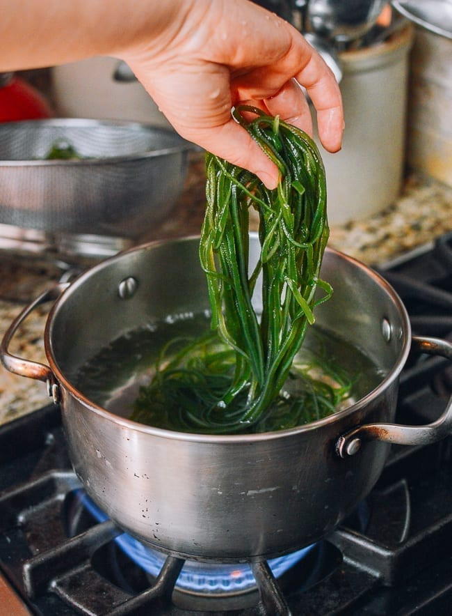 Adding kelp to boiling water, thewoksoflife.com