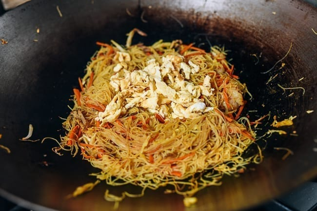 Adding cooked egg back to noodles in the wok, thewoksoflife.com