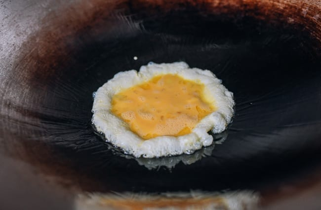 Cooking eggs in wok, thewoksoflife.com