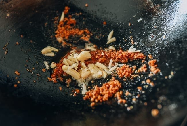 Adding garlic to fried shrimp powder, thewoksoflife.com