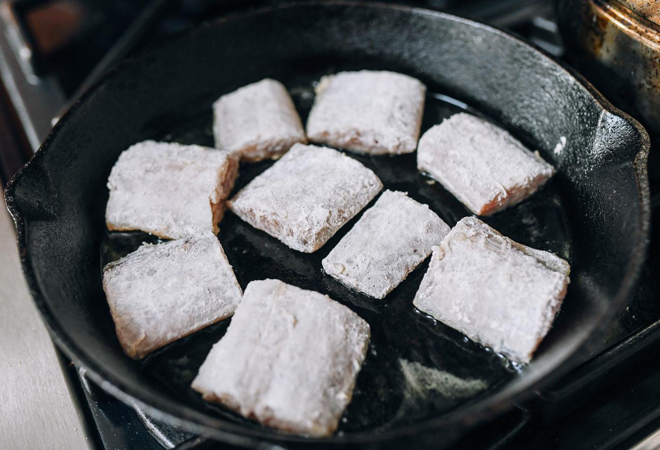 Pan-frying flour coated belt fish