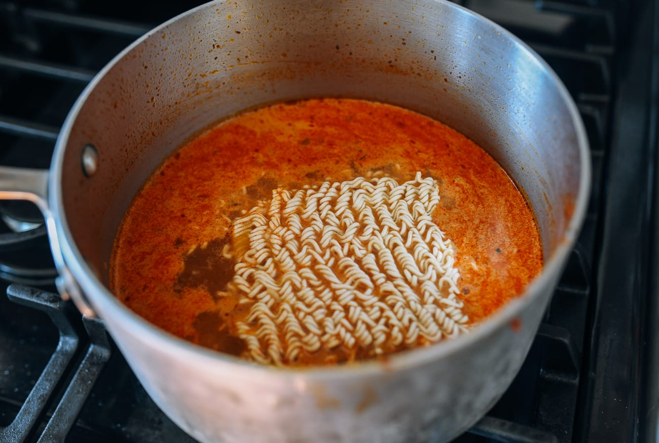Instant noodles in pot