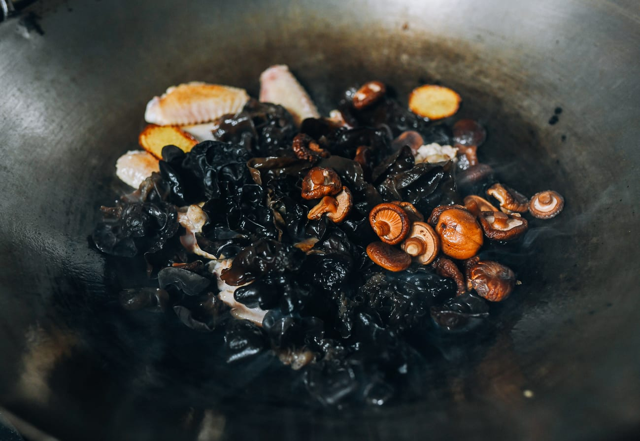 Adding shiitake and wood ear mushrooms to chicken