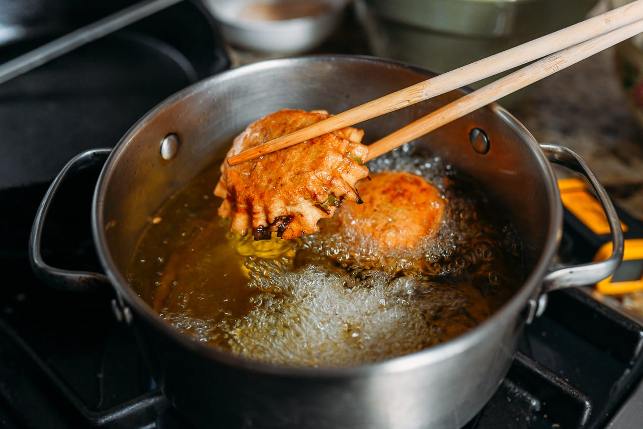 Removing fried you dunzi from hot oil