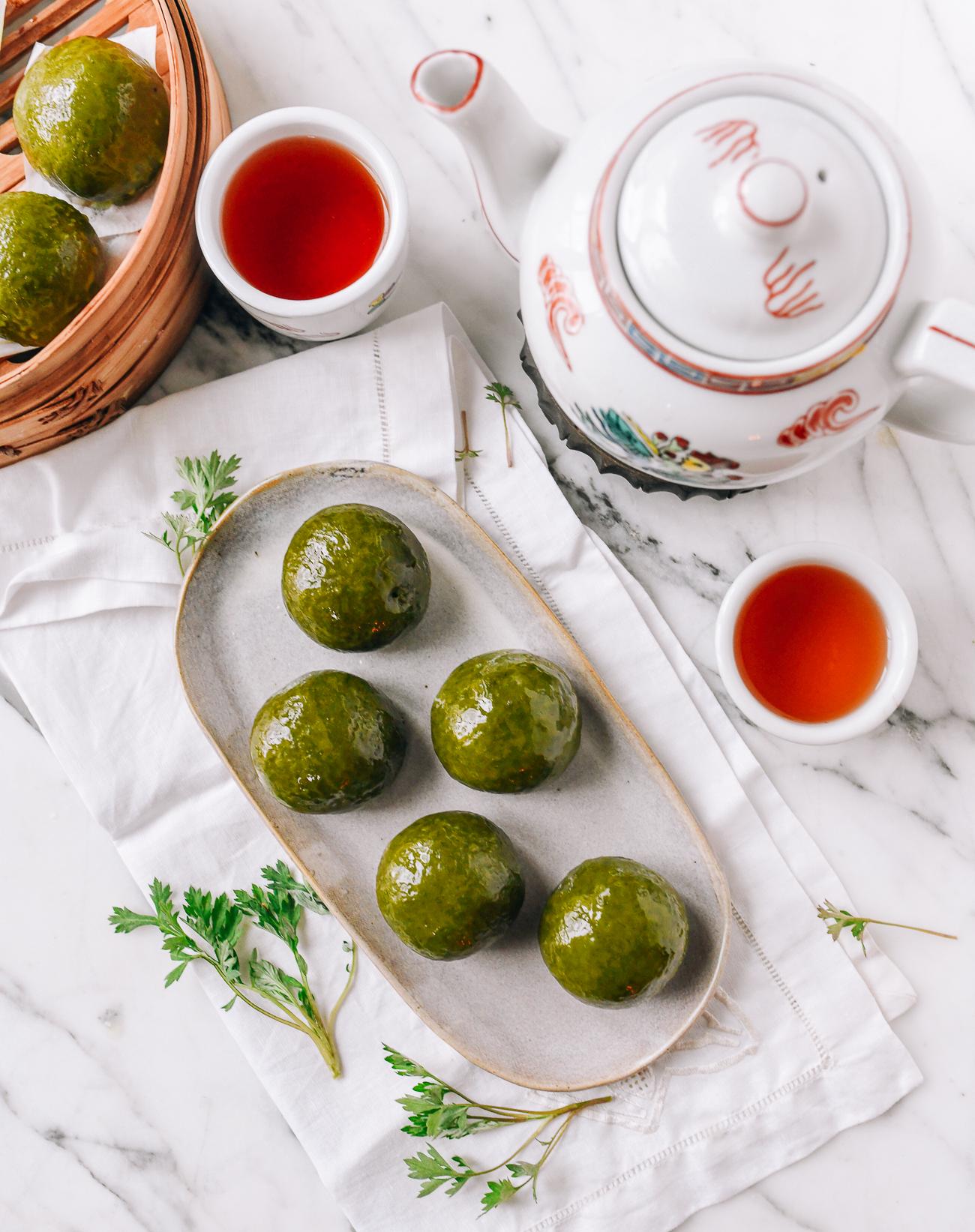 Green Chinese Qingtuan (Mugwort Mochi Balls)